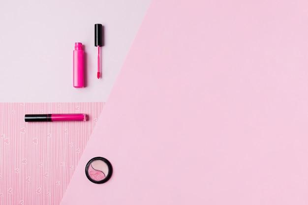 Strumenti di trucco sulla superficie rosa Foto Gratuite