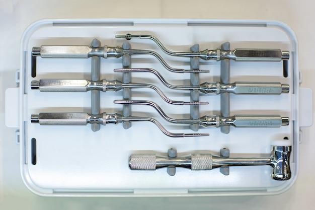 Strumenti e attrezzature dentali. su sfondo bianco Foto Premium