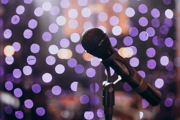 Strumenti musicali isolati in una serata di festa Foto Gratuite