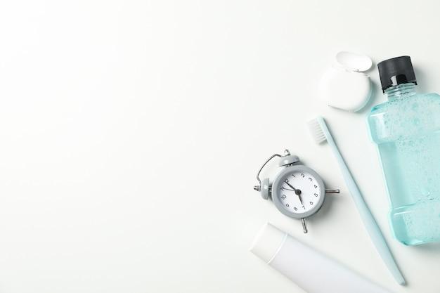 Strumenti per cure odontoiatriche su superficie bianca Foto Premium