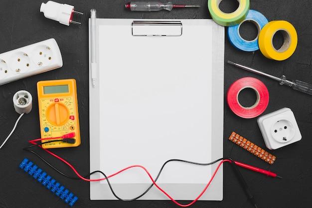 Strumenti per elettricisti e carta bianca Foto Gratuite