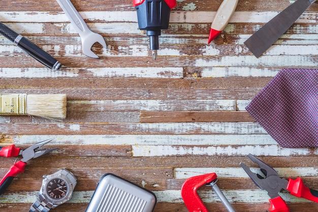 Strumenti pratici e accessori da uomo sulla tavola di legno del grunge. Foto Premium