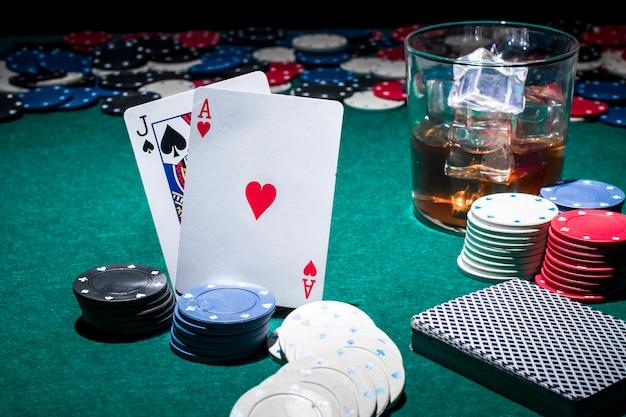 Strumento da gioco con bicchiere di whisky Foto Gratuite