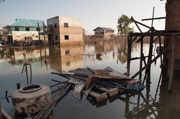 Struttura astratta del fondo del modello della macchia del livello d'acqua dopo l'inondazione sulla casa del muro Foto Premium