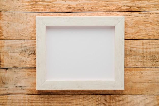 Struttura bianca minimalista di disposizione piana con fondo di legno Foto Gratuite
