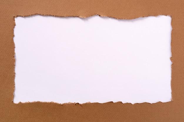 Struttura bianca oblunga del confine del fondo della carta marrone lacerata Foto Premium