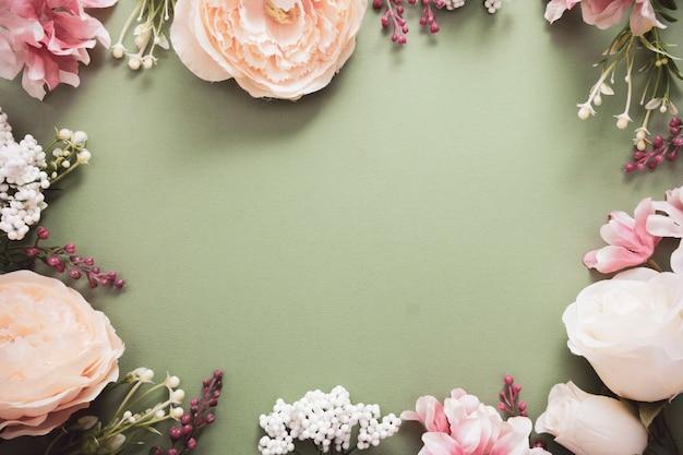 Struttura del fondo di pasqua con la composizione nel fiore sul bordo verde. cornice o bordo festivo. vista dall'alto con spazio di copia. Foto Premium