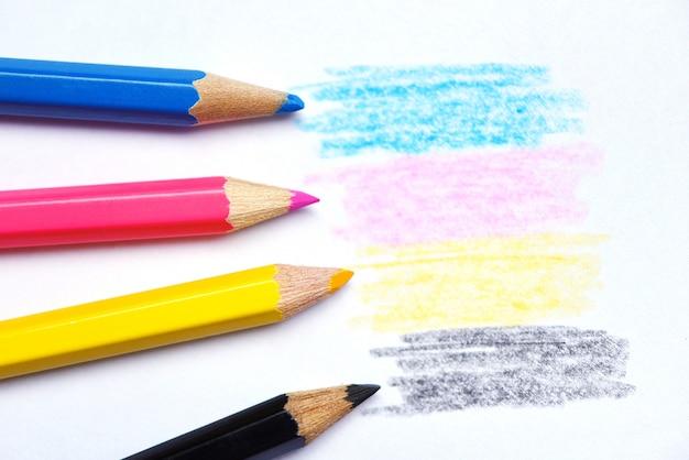 Struttura del pastello di legno di concetto di cmyk con i disegni gialli e neri magenta rossi blu ciano Foto Premium