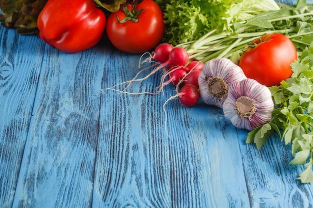 Struttura di estate con le verdure e la frutta organiche fresche su superficie di legno Foto Premium