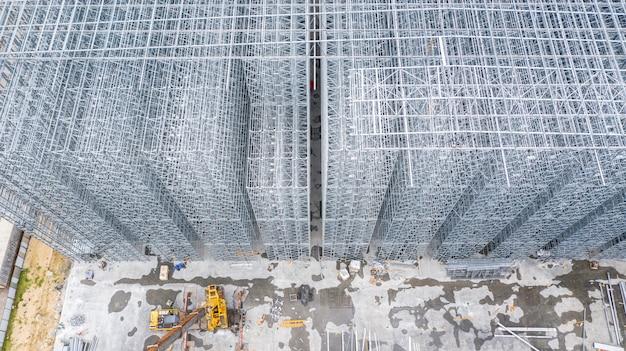 Struttura di vista aerea della costruzione di edifici d'acciaio, progettazione della costruzione di edifici della struttura d'acciaio del metallo, cantiere di vista aerea. Foto Premium