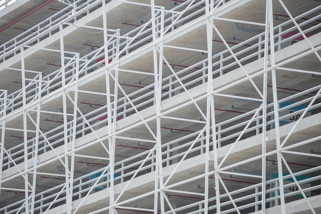 Struttura edile della struttura del metallo di architettura dello spazio di parcheggio dell'automobile Foto Premium
