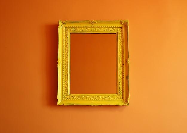 Struttura vuota antica gialla della foto sul fondo arancio della parete Foto Premium