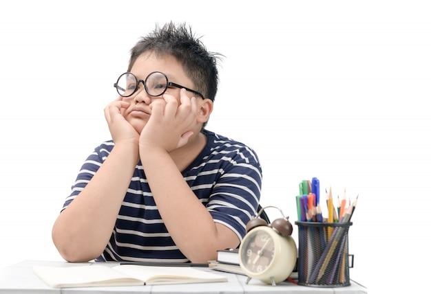 Studente asiatico annoiato e stanco che fa i compiti Foto Premium