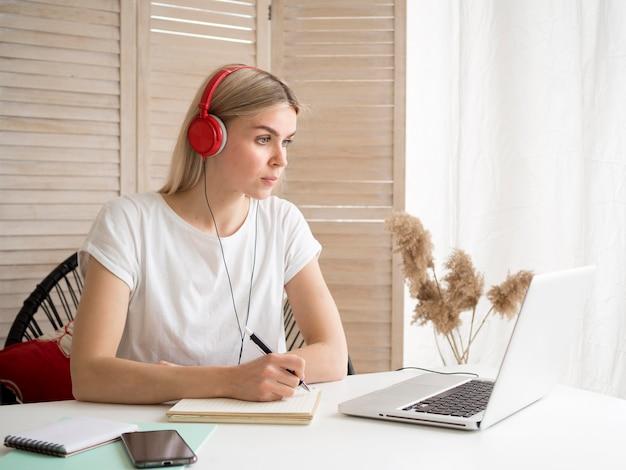 Studente che indossa corsi online di cuffie rosse Foto Gratuite