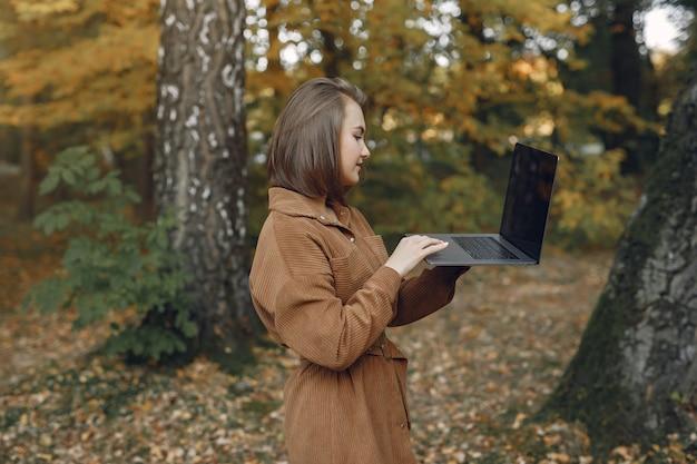 Studente che lavora in un parco e usa il laptop Foto Gratuite