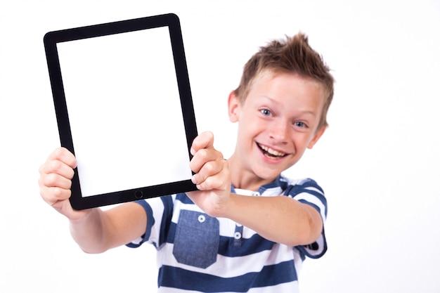 Studente di successo con un tablet in mano schermo per il client Foto Premium