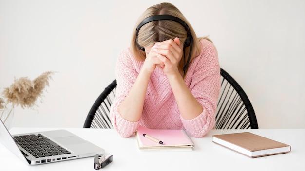 Studente di vista frontale che non capisce la lezione online Foto Gratuite