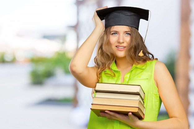 Studente felice in cappello di laurea Foto Premium