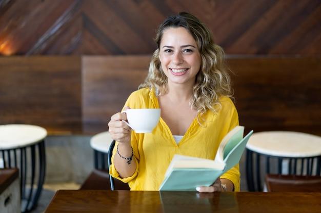 Studente universitario sorridente trascorrere del tempo nella caffetteria Foto Gratuite