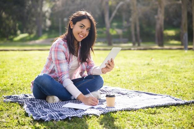 Studentessa allegra che lavora al progetto di classe Foto Gratuite