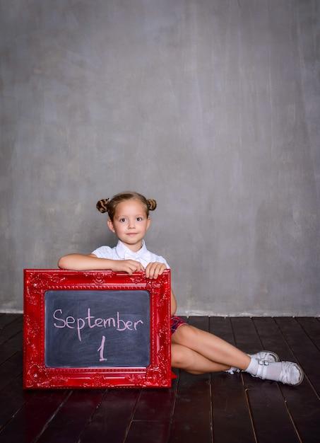 Studentessa con lavagna. concetto di scuola Foto Premium