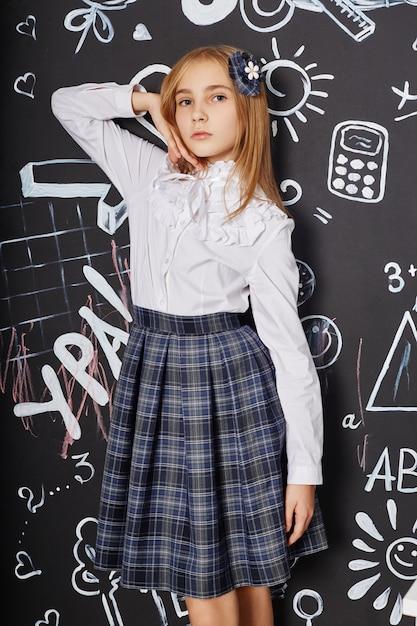 Studentessa di bambini studia a scuola il primo settembre, giornata mondiale degli insegnanti Foto Premium