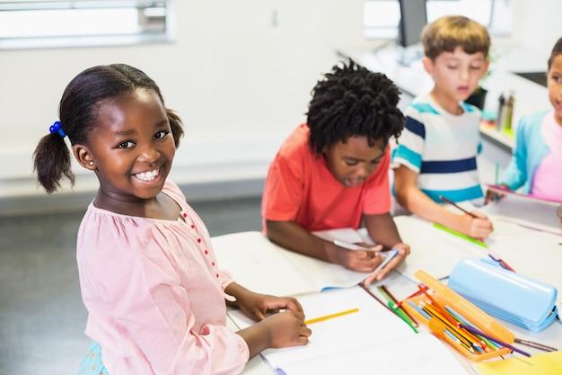 Studentessa felice in aula Foto Premium