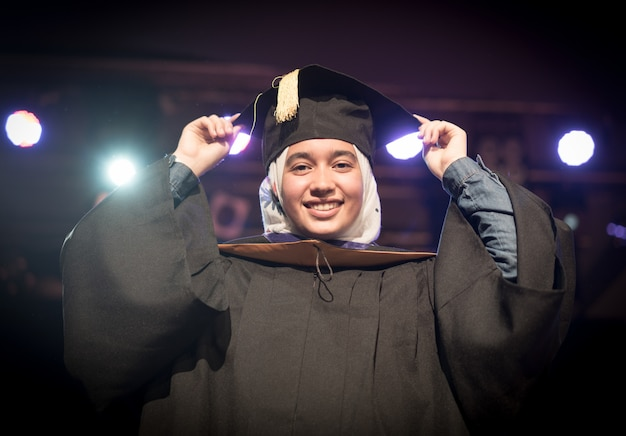 Studentessa musulmana sulla cerimonia di laurea Foto Premium