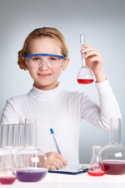 Studentessa scienza godendo Foto Gratuite