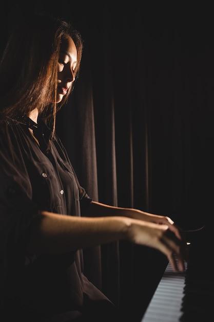 Studentessa suonare il pianoforte Foto Gratuite
