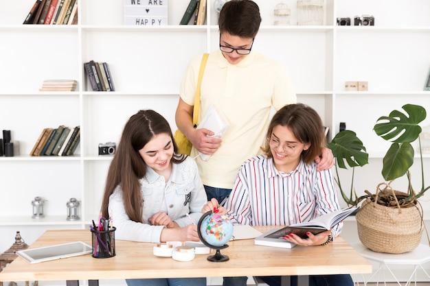 Studenti che fanno i compiti insieme Foto Gratuite