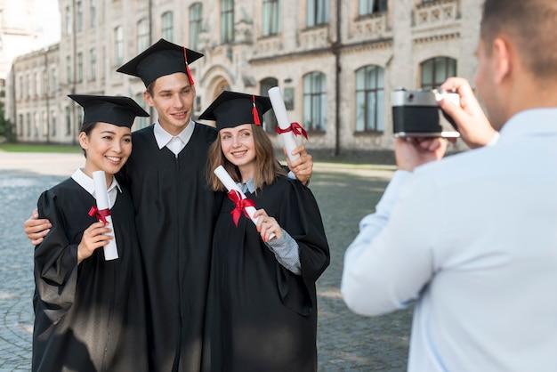 Studenti che si scattano foto a vicenda Foto Gratuite