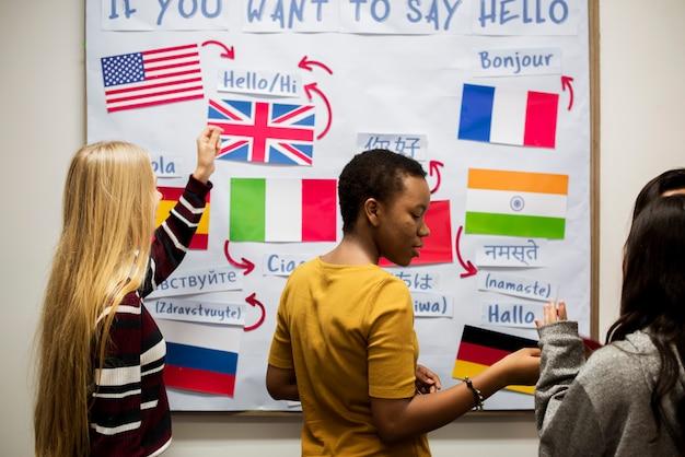 Studenti delle scuole superiori che lavorano a bordo di bandiere internazionali Foto Premium