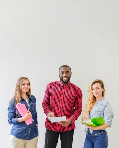 Studenti di successo che presentano con i taccuini Foto Gratuite