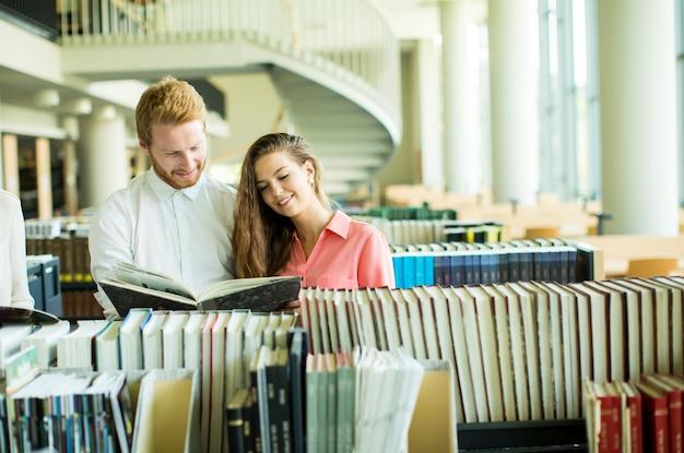 Studenti in biblioteca Foto Premium