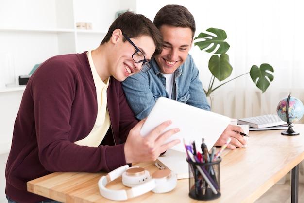 Studenti maschi che studiano insieme Foto Gratuite