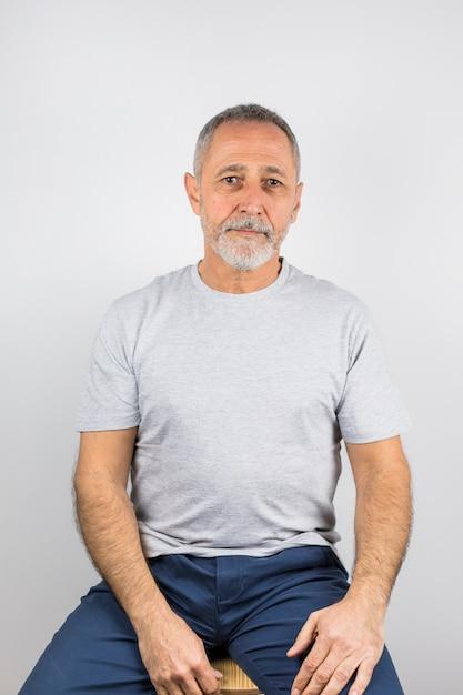 Studio shot uomo anziano con i capelli grigi Foto Gratuite