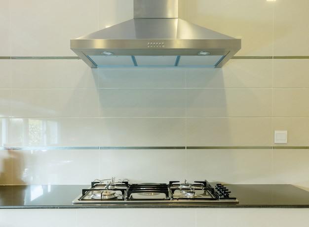 Stufa a gas con cappa in cucina moderna Foto Premium
