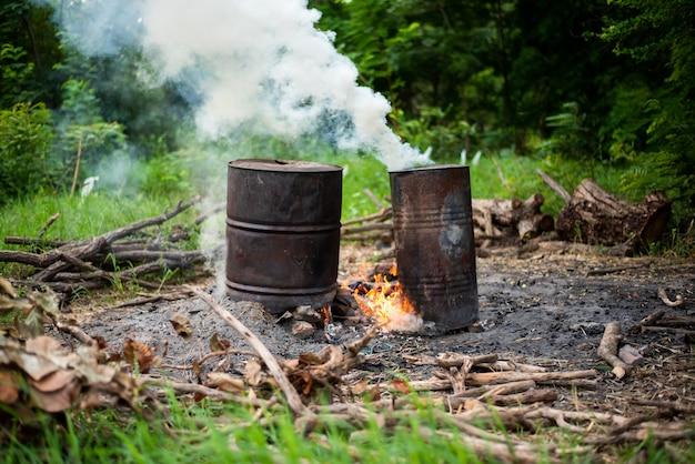 Stufa a legna per uomo temporanea per la cottura di alimenti Foto Premium