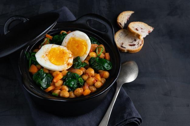 Stufato di ceci ricetta spagnola tradizionale con ingredienti. Foto Premium