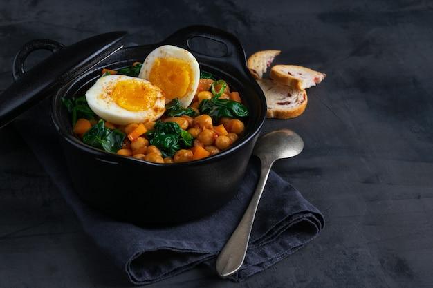 Stufato di ceci ricetta spagnola. Foto Premium