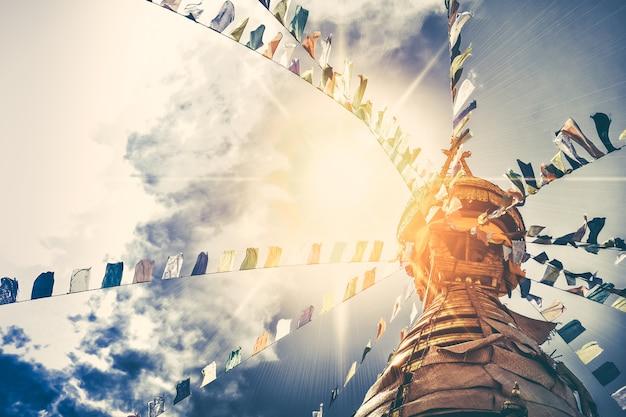Stupa nel tempio delle scimmie di swayambhunath Foto Premium