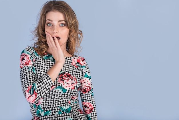 Stupito donna attraente in abito elegante Foto Gratuite