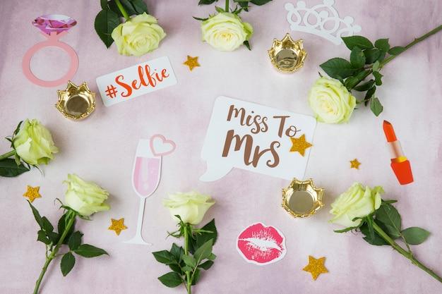 Su uno sfondo rosa rose, corone, clip, bacio, - pianificazione di una festa di addio al nubilato, matrimonio, compleanno Foto Premium