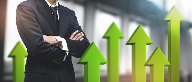 Successo aziendale in crescita positivo. uomo d'affari asiatico in ufficio offuscata. 3d freccia verde verso l'alto Foto Premium