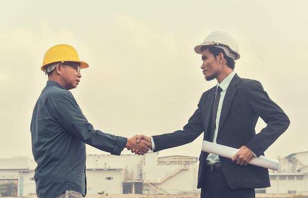 Successo del socio commerciale della costruzione di progetto di accordo di mano di scossa della gente dell'uomo d'affari due Foto Premium