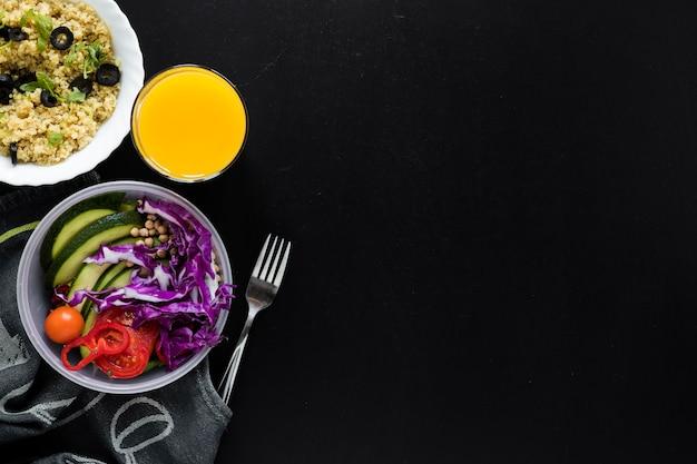 Succo; budino di semi di chia e insalata di verdure fresche su sfondo nero Foto Gratuite