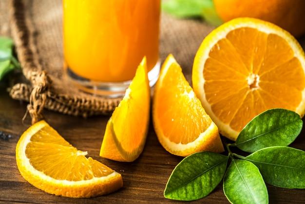 Succo d'arancia biologico appena spremuto Foto Gratuite