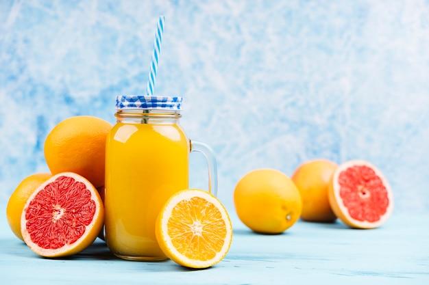 Succo d'arancia con metà di pompelmo Foto Gratuite