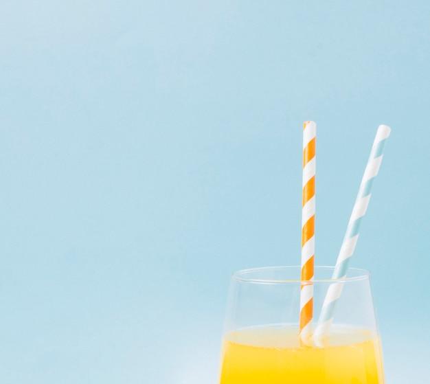 Succo d'arancia di close-up con spazio di copia Foto Gratuite